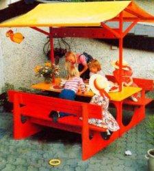 Детская мебель в саду