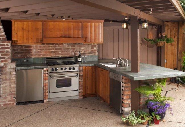 Преимущества кухни, выходящей во двор