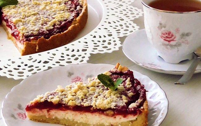 Творожный пирог с ягодным джемом